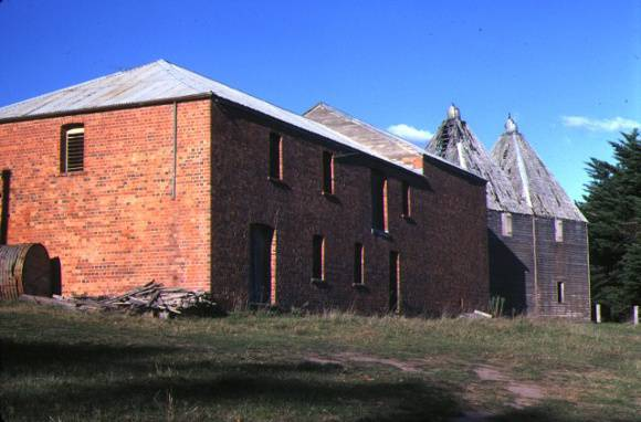 1 mossiface hopkilns bruthen brick barn side view may1982